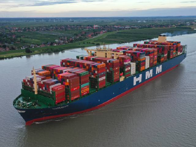 First call in Hamburg by world's largest containership ...
